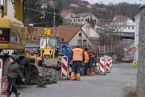 Dělníci v těchto dnech rekonstruují silnici v centru města. Ta povede přes pozemek bývalé školy.