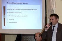 Robert Selzer z TJ Slovan Teplice prezentuje na hranickém zastupitelstvu tenisové plány