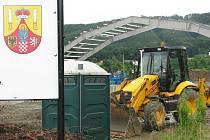Za hranickou plovárnou se rýsuje stavba tenisové haly, kterou buduje TJ Slovan Teplice nad Bečvou s finančním příspěvkem města Hranice. Bude zastřešovat tři tenisové kurty s umělým povrchem