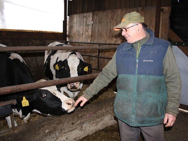 Farmář Antonín Horník chodí na každodenní obchůzky po statku ise svou tříletou vnučkou Sofií.