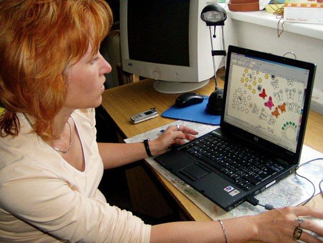 Jiřina Vlasáková ukazuje, jak bude obří mandala vypadat.