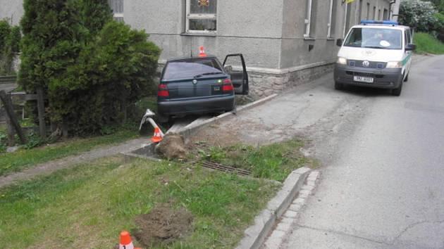 Řidič usnul za volantem a vyjel s vozem do příkopu.