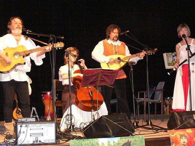 Vystoupí i přerovská skupina Rabussa s lidovými písněmi z moravského Záhoří.