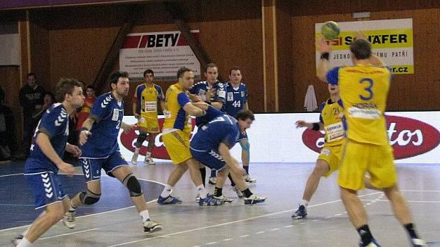 Házenkáři Hranic (v modrém) proti Dukle Praha