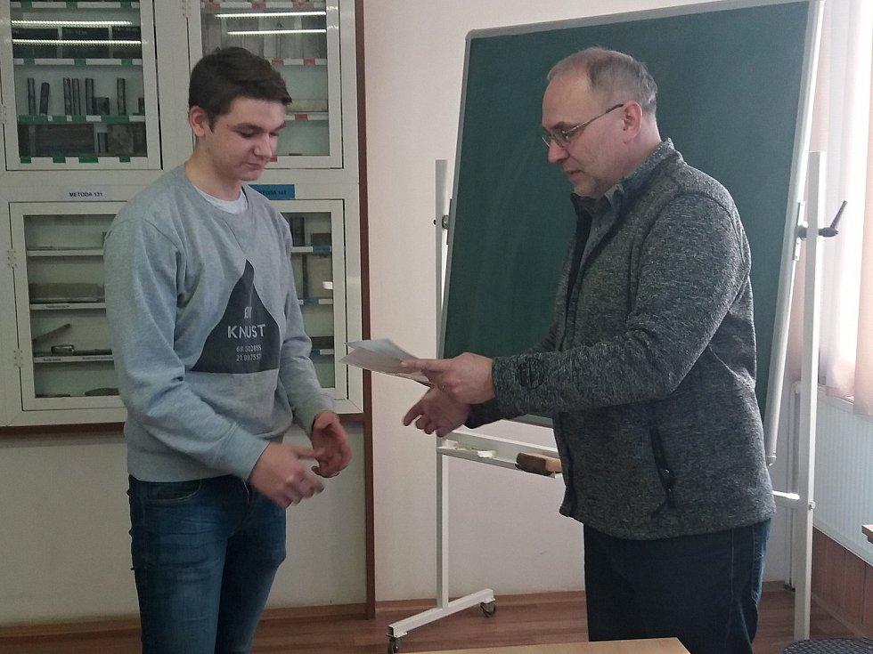 Z krajského kola soutěže v odborných dovednostech Kovo junior si odvezl Pavel Kořenek 1. místo (na snímku) a Tomáš Stavárek 2. místo.