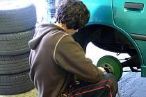 Spousta řidičů nechce nechat nic náhodě a raději s předstihem obouvá zimní pneumatiky.