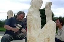 Umělec Michal Moravec a další dva vystudovaní jeho kolegové při práci na kamenných vílách pro centrum Bělotína