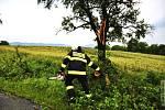 Hasiči likvidují následky bouřky, která se 8. července 2012 přehnala nad Hranickem