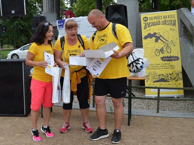 Vítězové soutěže Do práce na kole obdrželi hodnotné ceny od partnerů soutěže