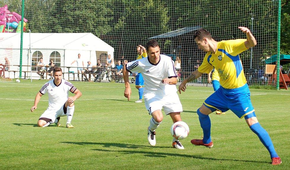 Fotbalisté TJ Sokol Ústí (v bílém) proti FK Kozlovice