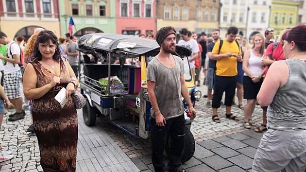 Tomík na cestách dorazil domů. Na hranickém náměstí ho přivítaly davy lidí.
