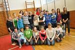 Trojskokanka Šárka Kašpárková společně s výškařem Michalem Pogánym na Základní škole Struhlovsko
