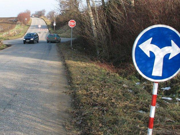 Dopravní značky někdy řidiči přehlížejí.