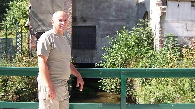 Jaroslav Boucník v době, kdy budova starého mlýna stále ještě chátrala.