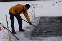 Rybáři denně obnovují vyřezané otvory v ledu, aby mohly ryby dýchat.