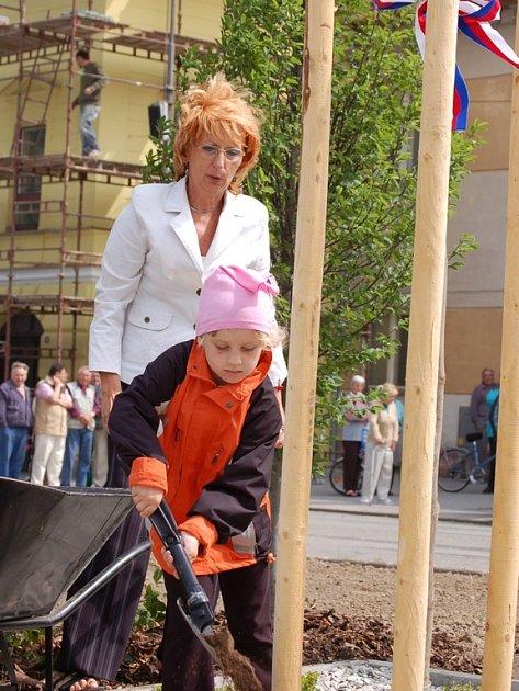 Ruku k dílu přiložily i místní děti.