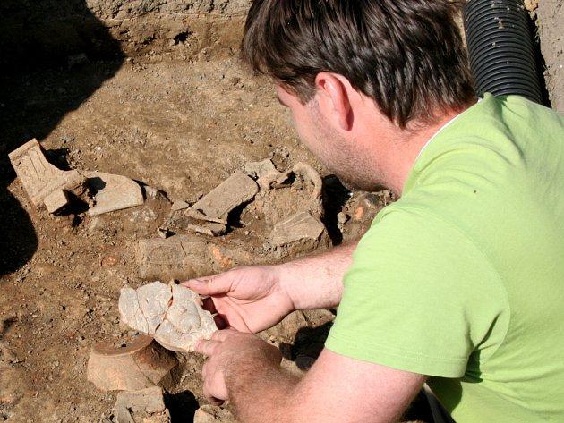 Při záchranném archeologickém průzkumu při revitalizaci prostoru mezi ulicemi Osecká a Bratrská našli odborníci středověký kachel s motivem Kristovy tváře.
