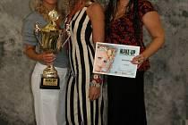 Tým složený z kadeřnice a kosmetičky Pavly Zbořilové (vlevo) a módní návrhářky Brigity (vpravo) si z Prahy si opět přivezl vítězný pohár.