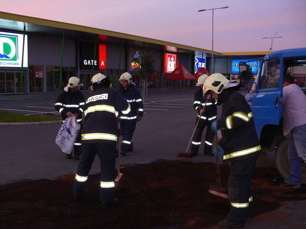 V devět hodin večer vyjížděli hasiči v Hranicích k dodávce, ze které unikala provozní kapalina.