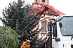 Dřevěný betlém hranického řezbáře Jana Vinckera (na snímcích v šedé mikině) je od pondělí 27. listopadu ozdobou vánočního náměstí v Hranicích.