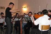 Tradiční jarní koncert patřil ve čtvrtek 19. března  v sále Základní umělecké školy v Hranicích žákům smyčcového oddělení. V jeho závěru se posluchačům představil Smyčcový orchestr Miroslava Smrčky (na snímku při generální zkoušce).