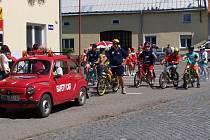 Nejenom závodníci, ale i doprovodné vozidlo, skýtali nevšední podívanou.