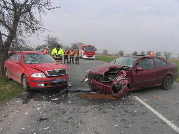 Nehoda mezi Bochoří a Vlkošem si vyžádala dvě zranění, škoda dosáhla půl milionu korun.