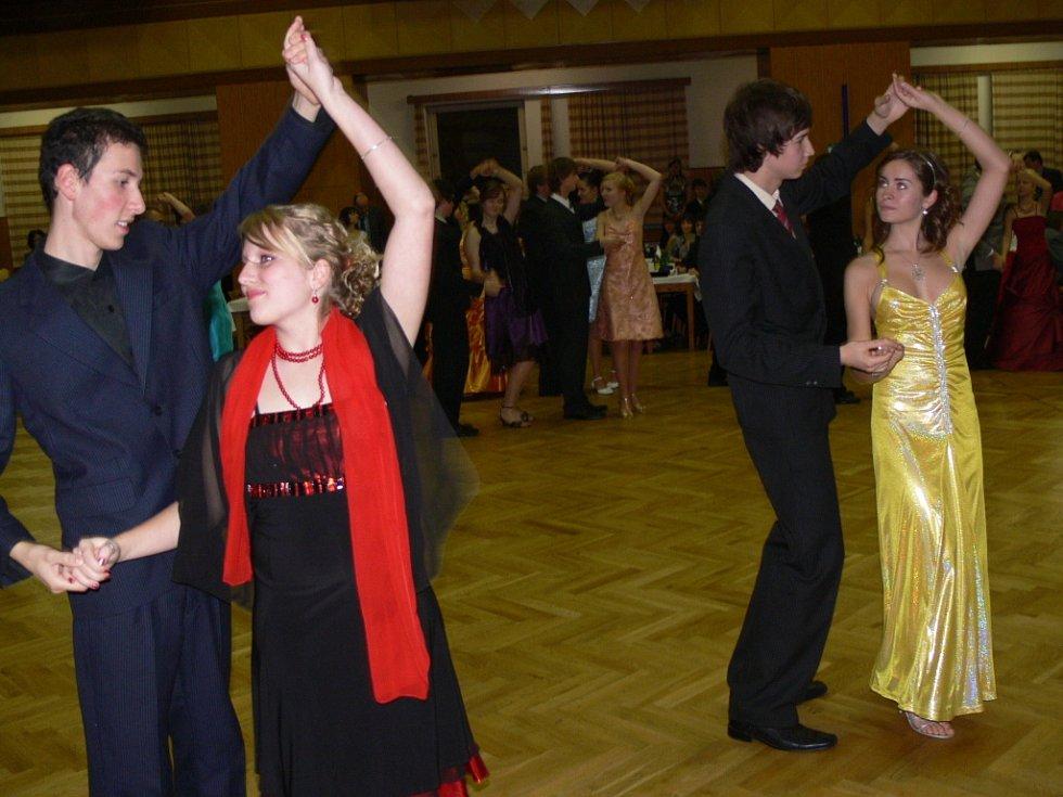 Hned dvě závěrečné kolony tanečních kurzů proběhly o víkendu v hranické Sokolovně.