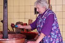 Kotel na vaření povidel mají zahrádkáři v Sušicích.