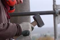 Balustráda na věži dřevohostického zámku v těchto dnech prochází opravou.