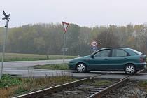 Když na této křižovatce ze Smržic směrem na Kostelec či Prostějov zastaví osobní vůz, jen stěží se mine v kritickém okamžiku       s vlakem. Na posunutí křižovatky ale nejsou peníze.