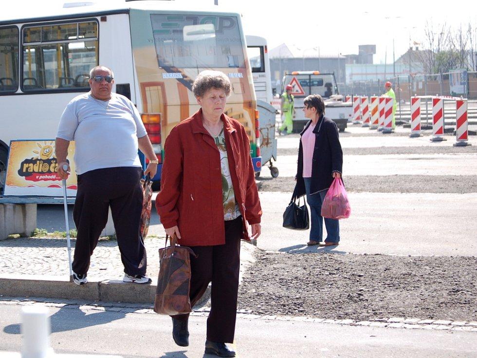 Provoz provizorního autobusového nádraží byl zahájen. Na nádraží vypukl zmatek.