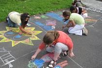 Pivní slavnosti v Bělotíně: malování na chodník