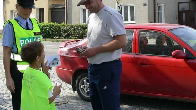 Školáci včera rozdávali v Dřevohosticích řidičům obrázky s veselým nebo zamračeným autíčkem podle toho, zda se řidiči dopustili v Troubkách nebo Dřevohosticích nějakého dopravního přestupku.