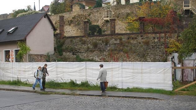 V těsné blízkosti městských hradeb má vyrůst nový dům, ve kterém vznikne i restaurace.