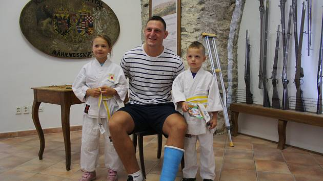 Zraněný judista Lukáš Krpálek během autogramiády v Hranicích