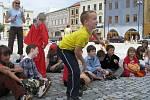 Děti z příměstského tábora zahrály v úterý na hranickém náměstí tři pohádky.