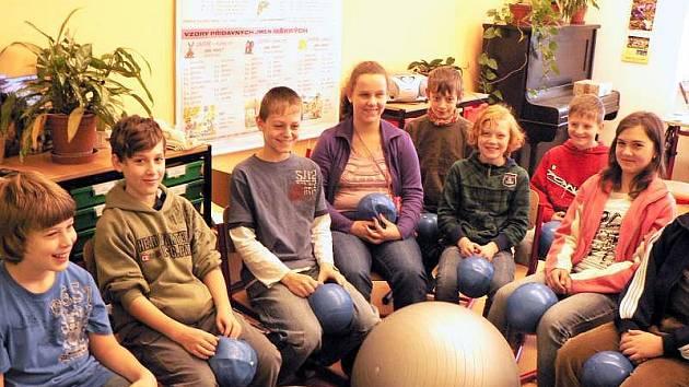 Páťáci ze ZŠ Drahotuše si sezením na míčích zlepšují držení těla.