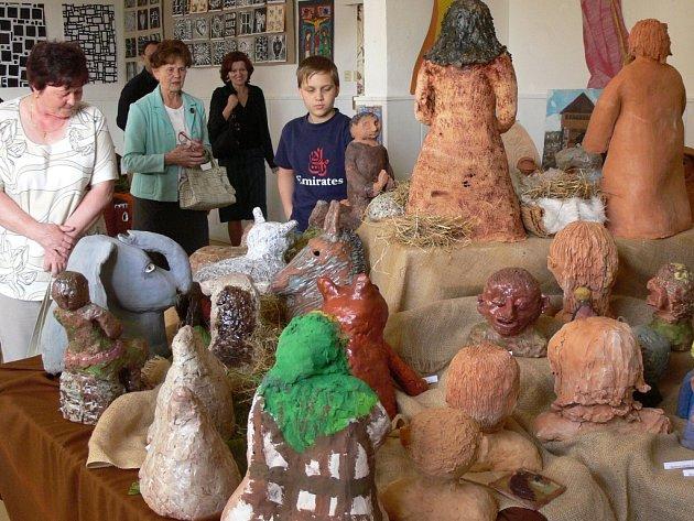 V hranické Galerii M+M vystavuje přes sedmdesát mladých výtvarníků.