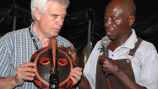 Ghanský řezbář Nana Frimpong vysvětluje pracovní postup své výroby.