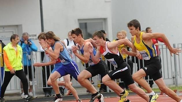 Rozběh na 100m překážek, zcela vpravo je Pavel Mikuláček (SK Přerov)