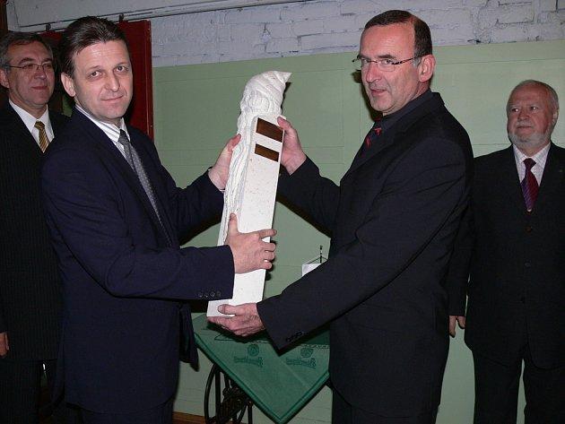 Výrobní ředitel Karel Magrla (na snímku vpravo) přebírá putovní ocenění Zlatý Permon. Pokud by se cementárně podařilo získat tuto cenu tři roky po sobě, soška už společnosti zůstane.
