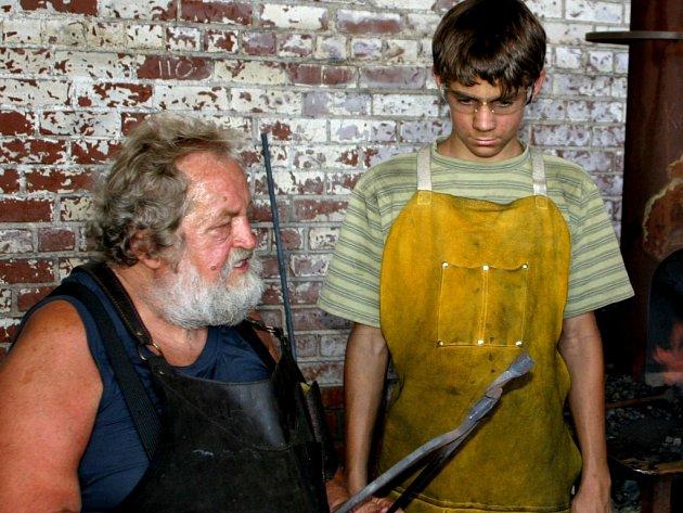 Značnou část svých vědomostí předal Alfred Habermann mladším kovářům.