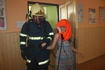 Žáci ZŠ 1. máje zažili vyučování plné napětí a nebezpečí. Právě v jejich škole se uskutečnilo prověřovací cvičení Sboru dobrovolných i profesionálních hasičů z Hranic a okolí.