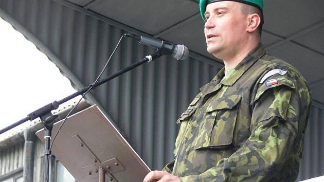Se svým 71. mechanizovaným praporem se ve středu odpoledne rozloučil jeho velitel Pavel Lipka. Předal jej svému nástupci Janu Zezulovi.