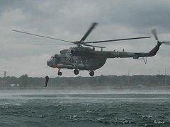 Náročný nácvik seskoku do vody z výšky pěti metrů prováděli v úterý a ve středu na jezeře Donbas vojáci z přerovské vrtulníkové základny