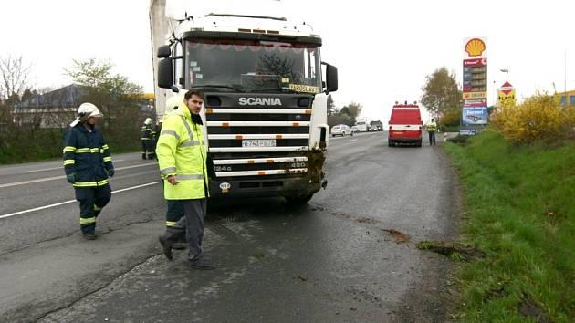 Havárie kamionu v Hranicích zablokovala hlavní tah mezi Ostravou a Olomoucí.