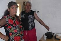 Jan Žiga a jeho  žena před stěnou v kuchyni, kde se musela zazdít díra.
