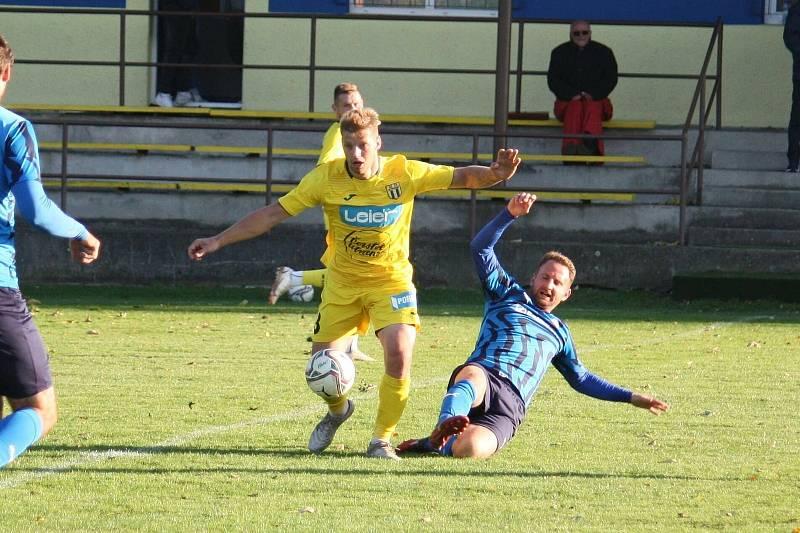 Fotbalisté Strání (žluté dresy) prohráli v 11. kole divize E na hřišti Všechovic 0:1