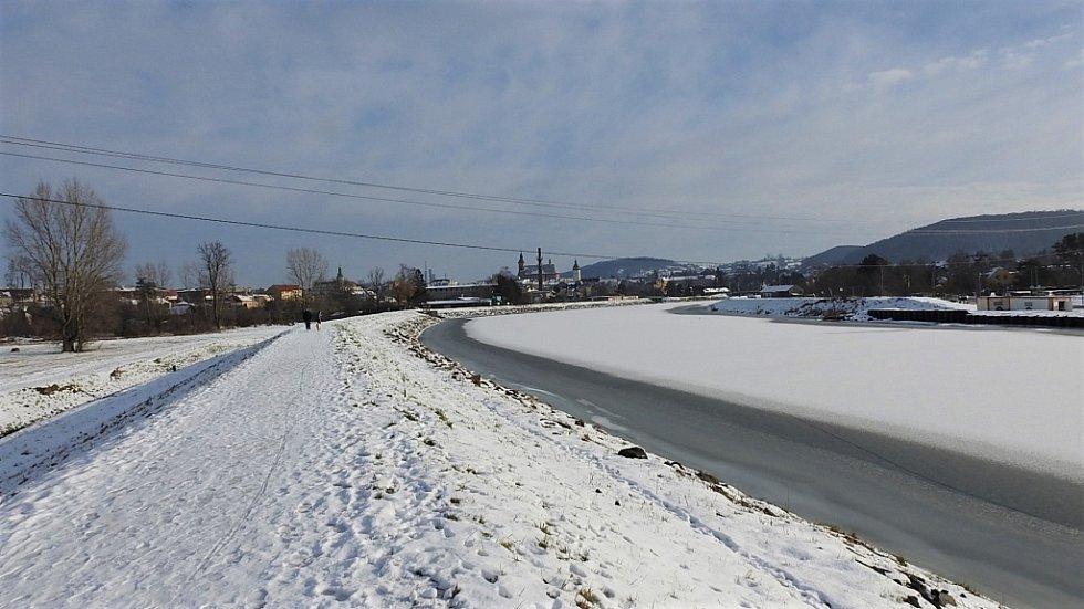 Zimní Hranice ve středu 20. ledna - pohled na Hranice od jezu.